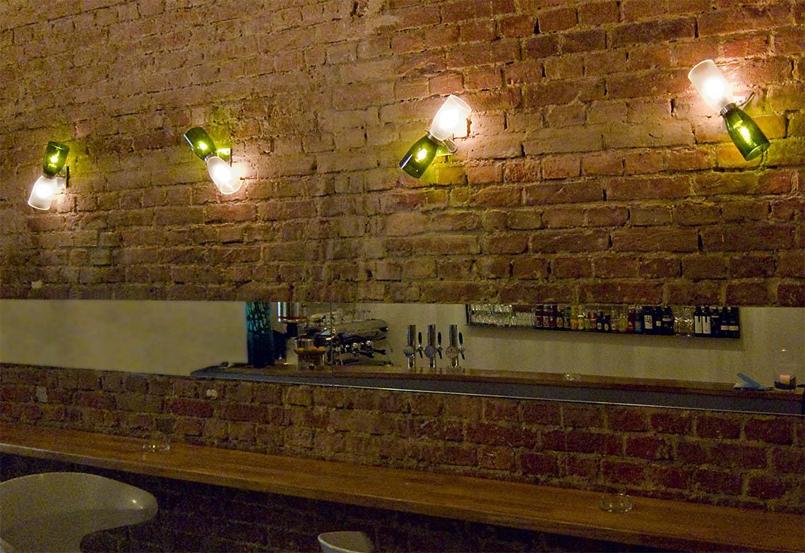 Lichinstalllation Bar Wien fett handmade upcycling products Wandleuchte Doppelleuchte Weinflaschen Champagnerflaschen